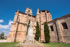 Santa Maria la Real kyrka i Olmillos de Sasamon, Burgos, Spanien fotografering för bildbyråer