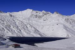 Santa Maria Lake i det Lucomagno passerandet - Schweiz arkivbilder