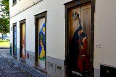 Santa Maria-Straße, gemalte Türen in der alten Stadt von Funchal, MA Stockfotografie
