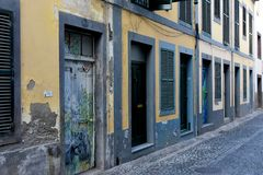 Santa Maria-Straße, gemalte Türen in der alten Stadt von Funchal, MA Stockbild