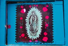SANTA MARTA ΚΟΛΟΜΒΊΑ - 19 ΟΚΤΩΒΡΊΟΥ 2017: Όμορφη υπαίθρια άποψη παρθένας Mary σε ένα γκράφιτι Γουώλ Στρητ σε Santa Marta Στοκ Φωτογραφία