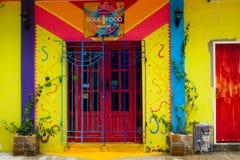 SANTA MARTA, КОЛУМБИЯ - OCOTBER 10, 2017: Красивый внешний взгляд красочного дома в Santa Marta, Колумбии Стоковая Фотография RF