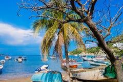 SANTA MARTA, COLÔMBIA - 10 DE OUTUBRO DE 2017: Vista exterior bonita de muitos barcos na água em uma praia caribean Taganga Imagens de Stock