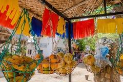 SANTA MARTA COLOMBIA - OKTOBER 10, 2017: Utomhus- sikt av att sälja nytt förberedda fruktfruktsafter på ställningen i Taganga Royaltyfria Foton
