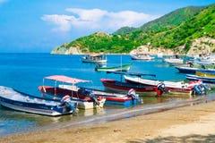 SANTA MARTA KOLUMBIA, PAŹDZIERNIK, - 10, 2017: Piękny plenerowy widok wiele łodzie w wodzie w caribean plaży Taganga Obrazy Royalty Free