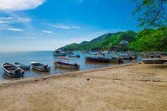 SANTA MARTA KOLUMBIA, PAŹDZIERNIK, - 10, 2017: Piękny plenerowy widok wiele łodzie w wodzie w caribean plaży Taganga Fotografia Stock