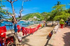 SANTA MARTA KOLUMBIA, PAŹDZIERNIK, - 10, 2017: Piękny plenerowy widok wiele ratownicy w słońcu w caribean plaży, Zdjęcia Stock