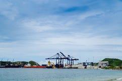 SANTA MARTA, KOLUMBIA PAŹDZIERNIK 19, 2017: Piękny schronienie widok z zbiorników statkami w porcie Santa Marta w Kolumbia Fotografia Stock