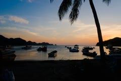 SANTA MARTA KOLUMBIA, PAŹDZIERNIK, - 10, 2017: Piękny zmierzch w caribean plaży z cieniem drzewka palmowe wewnątrz i łodzie Fotografia Royalty Free