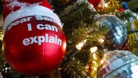 Santa mogę wyjaśniać Bożenarodzeniową piłkę na drzewie Zdjęcie Royalty Free