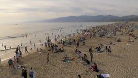 Santa Monica Beach es un lugar ocupado en el verano - LOS ANGELES, los E.E.U.U. - 29 DE MARZO DE 2019 metrajes