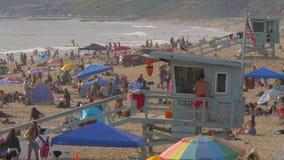 Santa Monica Beach es un lugar ocupado en el verano - LOS ANGELES, los E.E.U.U. - 29 DE MARZO DE 2019 almacen de metraje de vídeo