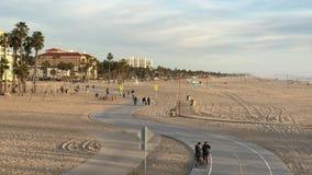Santa Monica, CA LOS E.E.U.U. - febrero de 2017 cruzando abajo de la acera de la playa en Santa Monica Foto de archivo