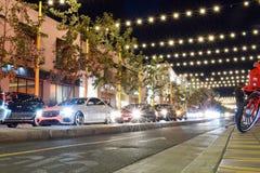 Santa Monica, Califórnia, EUA - 3 de janeiro de 2019: Exposição longa Nigthlife, tráfego imagem de stock