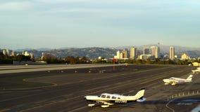 SANTA MONICA, CALIFÓRNIA EUA - 7 DE OUTUBRO DE 2016: aterrissagem de avião na pista de decolagem filme