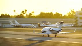 SANTA MONICA, CALIFORNIË DE V.S. - OCT 07, 2016: het vliegtuig stijgt op stock footage