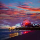 Santa Monica California solnedgång på det Pier Ferrys hjulet Arkivbilder