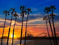 Santa Monica California solnedgång på det Pier Ferrys hjulet Arkivbild