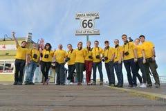 Santa Monica, California, U.S.A., il 16 aprile 2017: 13 persone sono felici perché hanno finito il loro viaggio su Route 66 e son Fotografia Stock