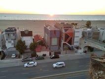 Santa Monica, con la carretera de la Costa del Pacífico en primero plano Fotografía de archivo
