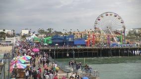 Santa Monica, embarcadero de California y parque pacífico en una opinión diurna de lapso de tiempo metrajes