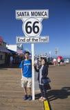 Santa Monica, Kalifornien, USA 5/2/2015, asiatische Paare werfen an Route 66 -Zeichen Santa Monica Pier, Ende berühmter Route 66  Lizenzfreie Stockbilder