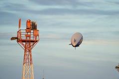 SANTA MONICA, KALIFORNIEN USA - 7. OKTOBER 2016: Der gute Zeppelin der Jahrschalldichten zelle fliegt über Flughafen Lizenzfreie Stockfotos