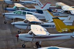 SANTA MONICA, KALIFORNIEN USA - 7. OKTOBER 2016: Flugzeugparken am Flughafen Stockfotografie