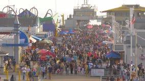 Santa Monica Pier é um lugar ocupado na cidade com milhares de visitantes - LOS ANGELES, EUA - 29 DE MARÇO DE 2019 vídeos de arquivo