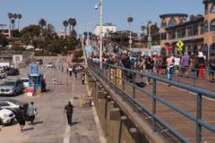 Santa Monica Pier, για τους πεζούς γέφυρα, ηλιόλουστη ημέρα Στοκ εικόνες με δικαίωμα ελεύθερης χρήσης