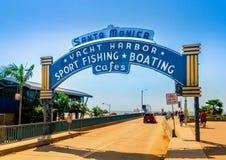 Santa Monica Pier, Bild des Eingangs mit dem berühmten Bogenzeichen Lizenzfreies Stockfoto