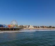 Santa Monica Pier con el centro pacífico de la diversión del parque fotos de archivo libres de regalías