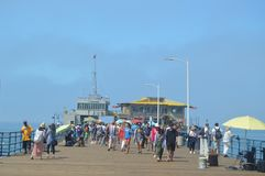Santa Monica Pier Crowded With People In 4th Juli Juli 04, 2017 Lopparkitekturferier Royaltyfri Fotografi