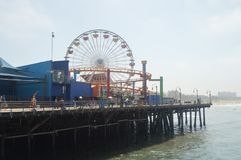 Santa Monica Pier Crowded With People In 4th Juli Juli 04, 2017 Lopparkitekturferier Fotografering för Bildbyråer