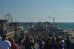 Santa Monica Pier Crowded With People In 4th Juli Juli 04, 2017 Lopparkitekturferier Arkivfoton