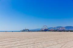 Santa Monica Pier e praia em Los Angeles fotos de stock