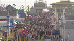 Santa Monica Pier is een bezige plaats in de stad met duizenden bezoekers - LOS ANGELES, de V.S. - 29 MAART, 2019 stock footage