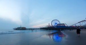 Santa Monica Pier en la puesta del sol almacen de metraje de vídeo