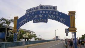 Santa Monica Pier famosa en Los Angeles - LOS ANGELES, los E.E.U.U. - 29 DE MARZO DE 2019 almacen de video