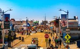 Santa Monica Pier, imagen con la gente que camina en el embarcadero con el extremo de Route 66 El parque de atracciones es una at Imagenes de archivo