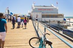 Santa Monica Pier mit den Familien, die an einem heißen Nachmittag im Sommer gehen lizenzfreie stockfotos