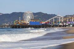 Santa Monica Pier mit Ozean-Vordergrund und Gebirgshintergrund Stockfoto