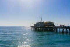 Santa Monica Pier sobre el agua en Los Ángeles fotografía de archivo