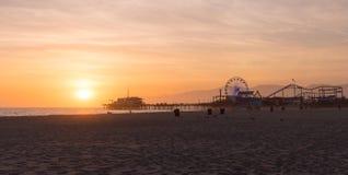 Santa Monica Pier solnedgång med moln- och apelsinhimmel, Los Angeles, royaltyfria bilder