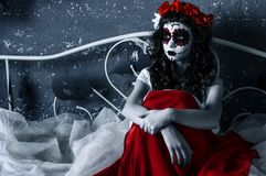Santa muerte dziewczyna z czerwonym kwiatu diademem Zdjęcie Stock
