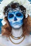 Santa Muerte-vrouw bij blauwe achtergrond stock foto