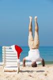 Santa na praia fotos de stock royalty free