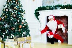Santa nella casa immagini stock