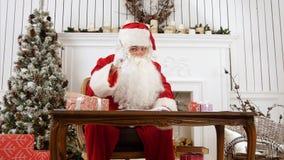 Santa odpowiadania listy w jego warsztacie i wyjaśniać co lubi być Santa ono ` s obraz stock
