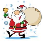 Santa ondulant une cloche et marchant avec son sac à jouet Photos libres de droits